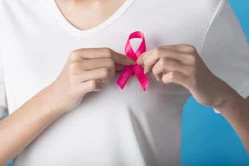 En kvinne med en rosa sløyfe.