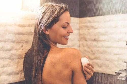 En kvinne som bader med nøytral såpe.