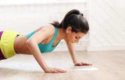 En kvinne som gjør push-ups.