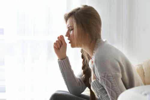 En kvinne som hoster.