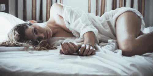En kvinne som ligger i en seng.