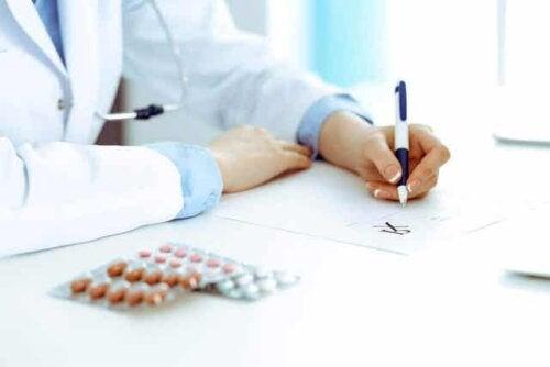 En kvinnelig lege som skriver ut en resept.