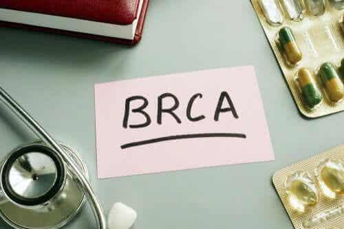 En lapp med BRCA skrevet på den.