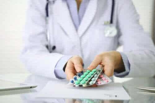 En lege som gir en pasient en rekke medisiner.