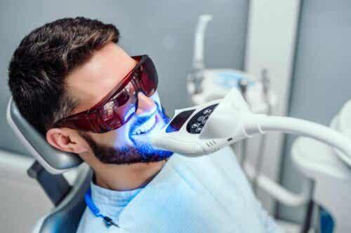 En mann som gjennomgår en tannbleking.