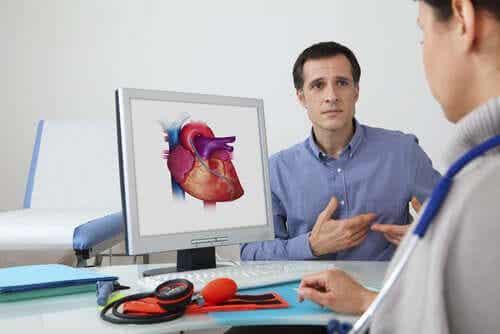 En mann som snakker med legen sin om hjertet sitt.