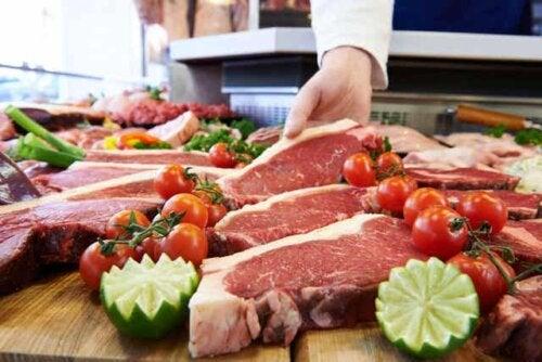 En person som plukker opp et stykke kjøtt.