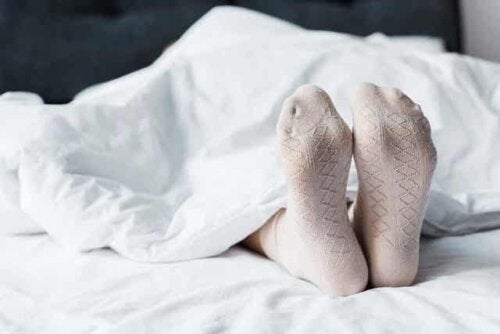 En person som sover med sokker på.