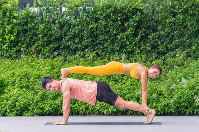 En mann og en kvinne som gjør akrobatisk gymnastikk