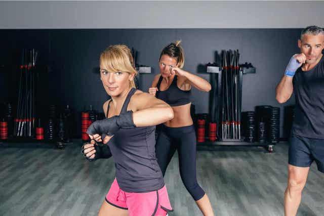 Menn og kvinner som deltar i en fitboksing-time