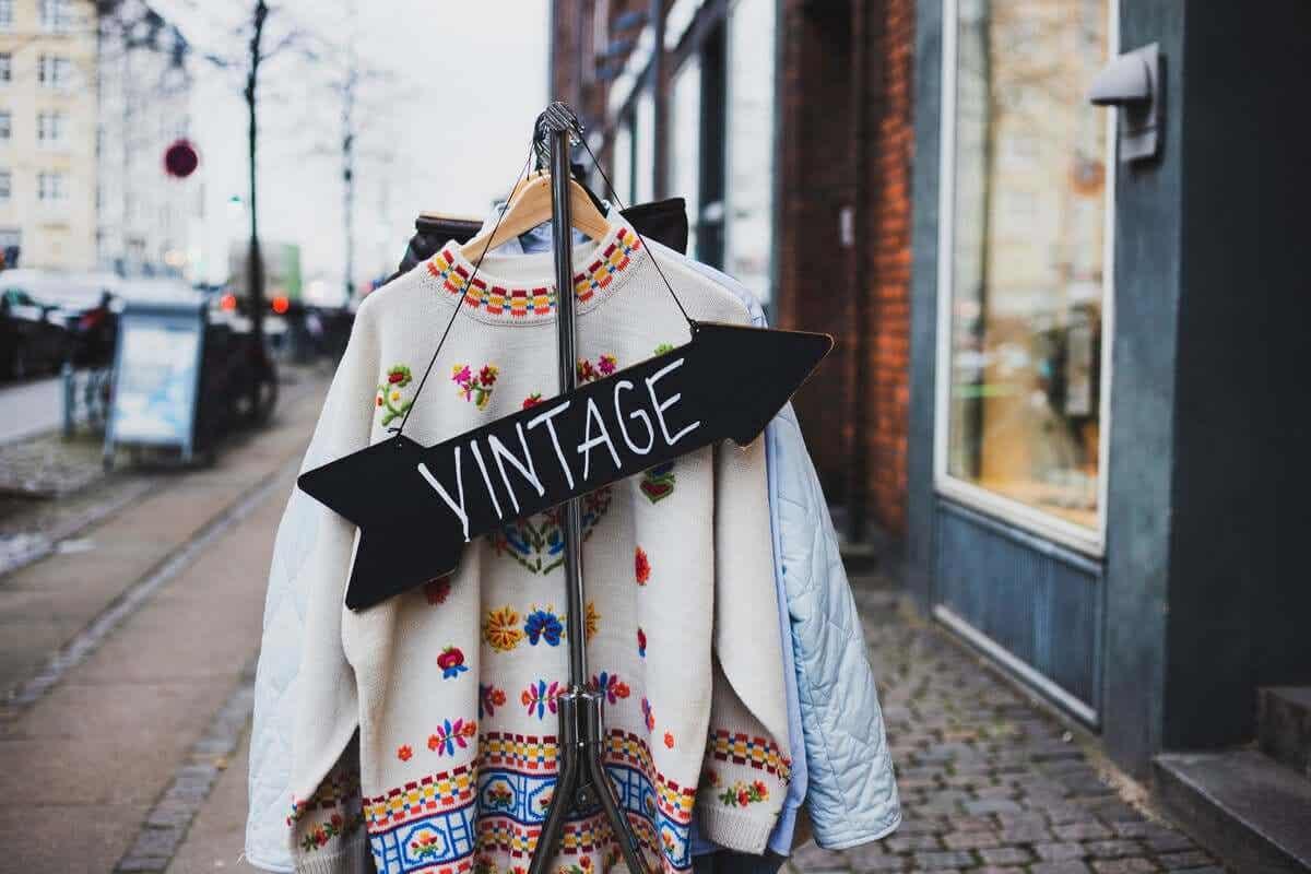 Et skilt utenfor en vintage klesbutikk.