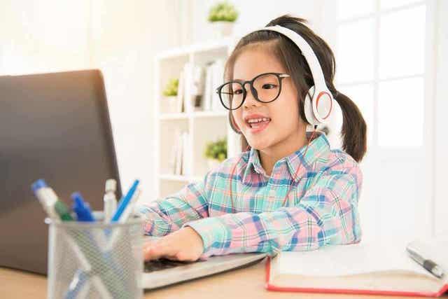 En jente på en datamaskin