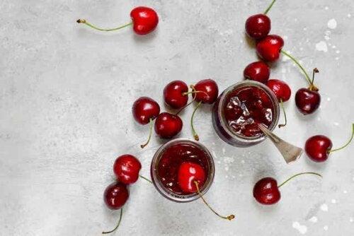 Kirsebærsyltetøy.