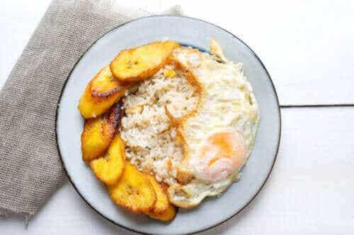 En deilig oppskrift på cubansk ris med kokebanan