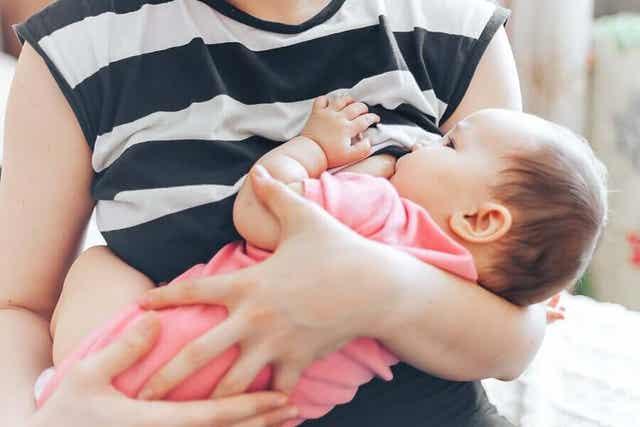 En mor som ammer babyen sin.