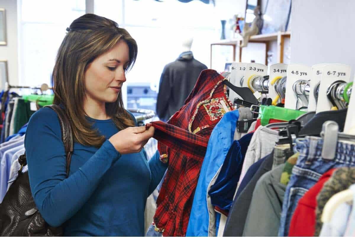 En kvinne som handler brukte klær.
