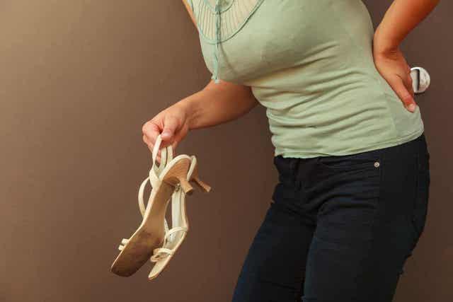 En kvinne med smerter ved nyreliasis