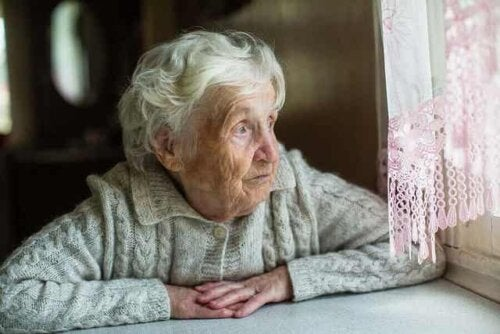 Kvinne som ser ut av vinduet.