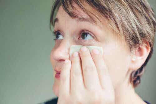 Kvinne vasker øyet