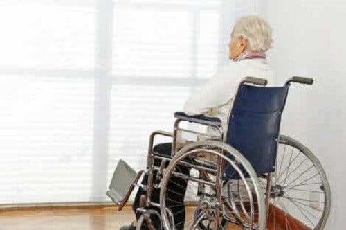 Mann i rullestol.