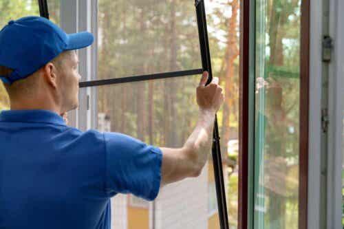 En person som installerer en myggnetting.