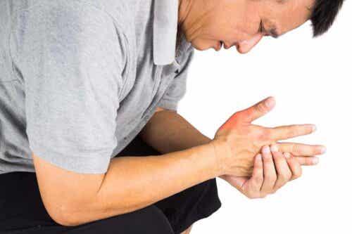 En mann med smerter