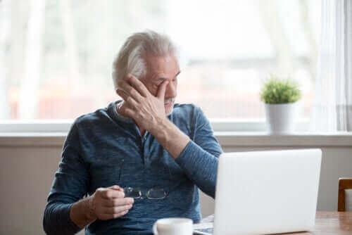 Tips for å forhindre symptomer på tørre øyne på grunn av skjermbruk