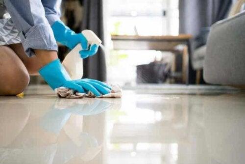 En kvinne som vasker gulv med en klut