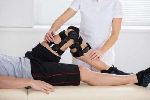 En person som gjennomgår fysisk rehabilitering.