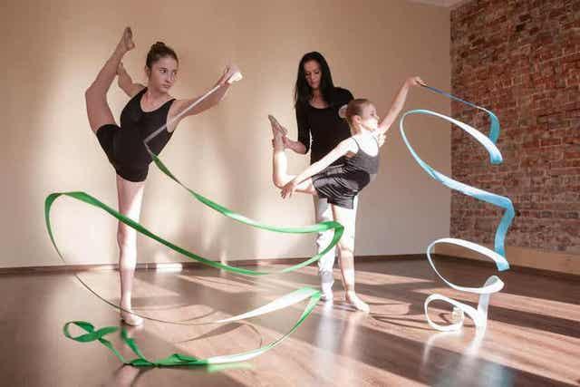 To jenter som trener rytmisk gymnastikk