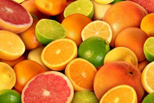 En rekke sitrusfrukter