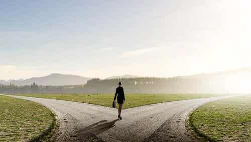 En kvinne i et veikryss.
