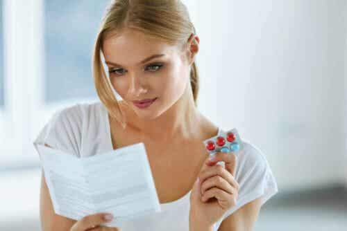En kvinne som leser et pakningsvedlegg.