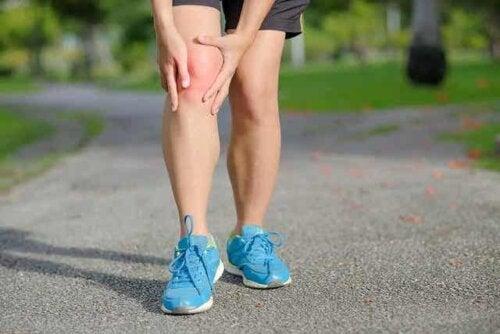 En løper med smerter i kneet.