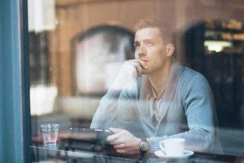 En mann som sitter på en kafé og tenker på fremtiden sin.