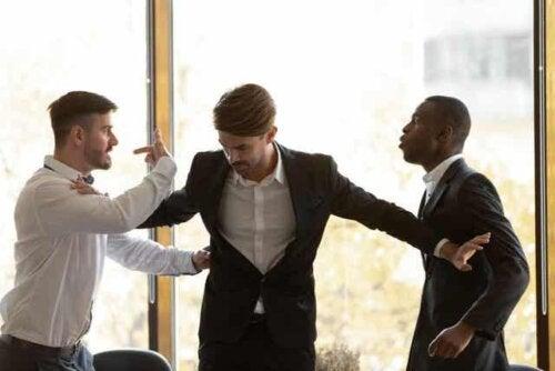 En mann som skiller to kolleger som krangler.