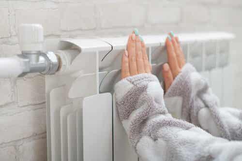 En person som varmer hendene.