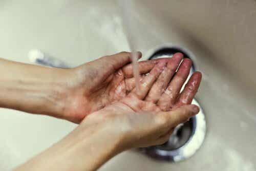 En person som vasker hendene.