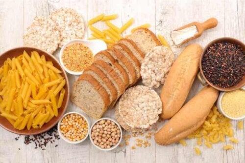 Et utvalg fullkorn, pasta og brød.