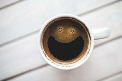Hvordan påvirker koffein hjernen?
