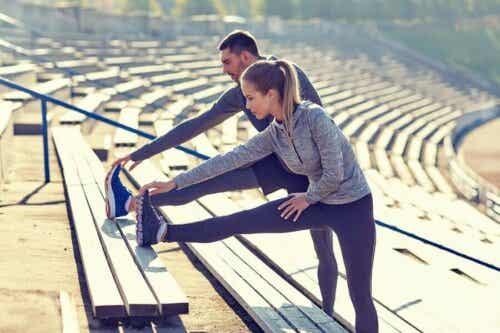 To personer som driver fysisk aktivitet.