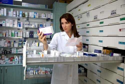 En kvinne som jobber på et apotek