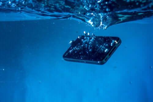 5 triks for å redde en våt mobiltelefon
