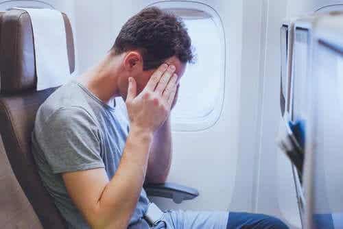 En mann som er urolig på et fly