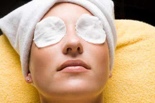 Kvinne som får øyebehandling.