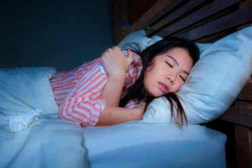Kvinne som sover.