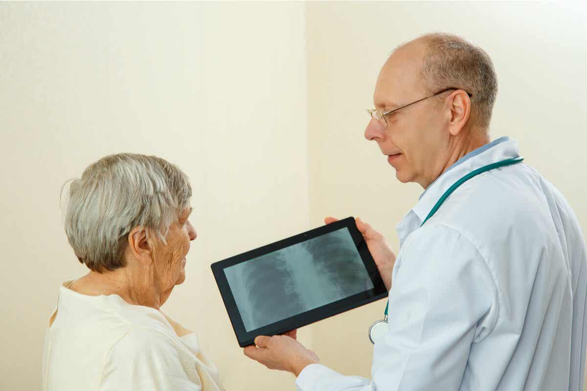 En kvinne diskuterer en skanning med legen sin.
