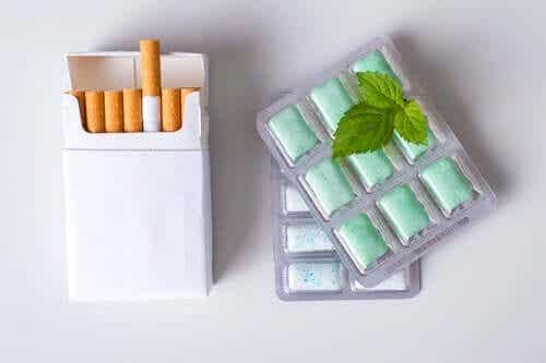 En pakke røyk og tyggis med mintsmak