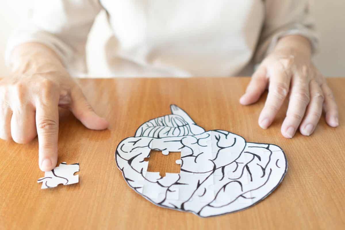 En kvinne som legger et hjernepuslespill.