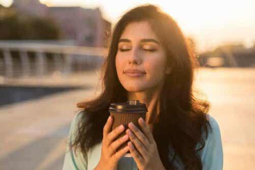 En kvinne som holder en kopp kaffe